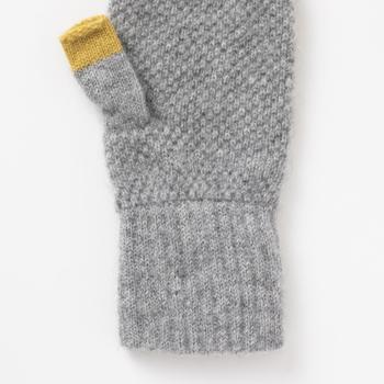 手首や手をしっかり温めてくれるうえに指先は出ているのでスマホを使ったり、お買い物のときのお会計も楽チン♪カラーはグレー、黄色、茶色の3色。どのカラーも、親指の先のワンポイントの配色がさりげなくオシャレです。
