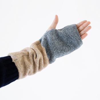 親指を入れて着用するタイプの「226(つつむ)」のアームカバー。手の甲から手首などしっかり温めながらも、指先は自由に使えるので、外出先でとっても便利。