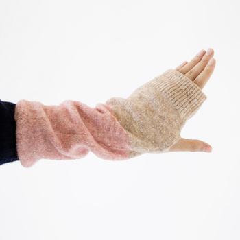 そんな、これまでのニット作りのノウハウを活かして作られた温かなアームカバー。カラーはクールで落ち着きのあるブルー×ベージュの他に、フェミニンなピンク×ベージュの2タイプ。どちらも長さが30cmもあり、手のひらから手首、肘まですっぽりと入り温めてくれるので、おうちでの冷え対策にもおすすめです。