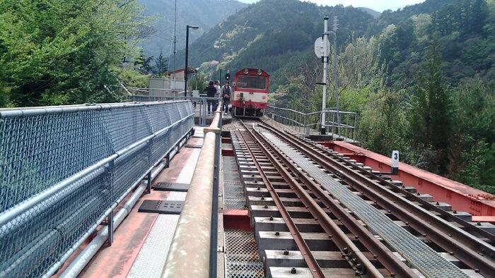奥大井レインボーブリッジと呼ばれる2本の巨大な鉄橋に挟まれた奥大井湖上駅に列車が乗り入れてくる瞬間はスリル満点です。奥大井湖上駅を訪れるときは、まるで空中を走る列車に乗っているような錯覚を感じます。
