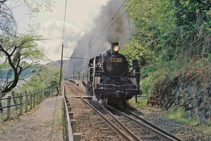 神尾駅には、鉄道開拓史時代を彷彿とさせる蒸気機関車が乗り入れています。無人の秘境駅に蒸気機関車が乗り入れる景色は、ノスタルジックで、半世紀ほど前にタイムスリップしたかのような気分を味わうことがでいます。