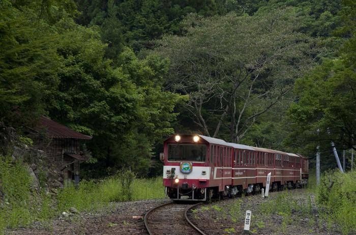 山間部にぽつんと佇む小さな秘境駅に、わずか数量だけのディーゼル列車が乗り入れる瞬間は、なんともいえない郷愁が漂い、ノスタルジックな雰囲気に包まれます。この独特の雰囲気に包まれながら、鉄道開拓史時代に思いを馳せてみてはいかがでしょうか。
