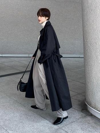 いつものコーデに羽織るだけで、雰囲気ある着こなしが叶う黒のトレンチコート。小物も黒でまとめてクールにしつつ、赤のルージュで女性らしさをさり気なくプラス。マニッシュでいてレディな着こなしを楽しんで。