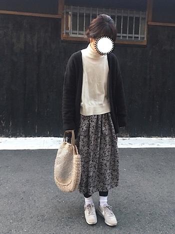 ミモレ丈の花柄フレアスカートは白と黒でシンプルにまとめるだけで、可愛らしいカジュアルスタイルに。インナーのタートルネックやタイツと靴下の重ね履きなど、防寒コーデもさりげなくおしゃれにつくれちゃいますね。
