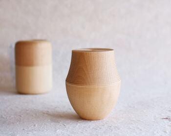 木のやさしく上品な質感とやわらかなでユニークなフォルムの茶筒は、さまざまなインテリアに馴染みやすいおすすめのアイテム。茶葉はもちろんコーヒー豆の保存にも適しています。