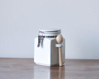 上記と同ブランドのスクエア型。そして、木製スプーンとスプーンホルダーがついています。やや小さめのスプーンは、茶葉をに計るのに便利です。