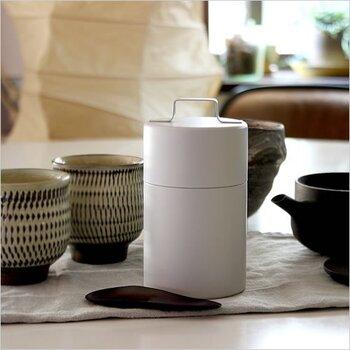 シンプルなデザインのキャニスターは、和にも洋にも合う万能アイテム。普段は茶筒で保管している日本茶を、お気に入りのキャニスターに入れ替えてみてもいいですね。