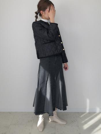 ブロッキングデザインが女性的な表情をつくるブラックのデニムスカート。白のブーツとショート丈のキルティングジャケットでコンパクトにまとめてあげると、大人っぽく、こなれ感のあるスタイリングになりますね。