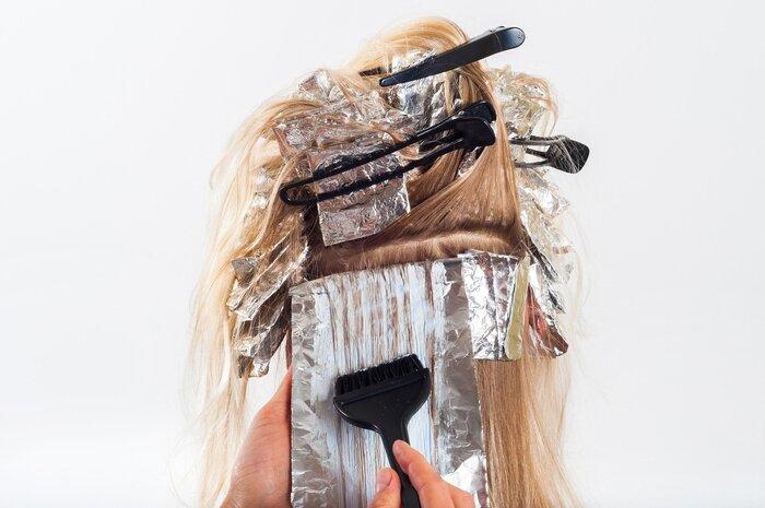 根本に近いほど体温でカラー剤が温まり染まりやすくなるので、襟足→後頭部上部→顔の両サイド→前髪と分け目の順番に塗っていきます。置く時間はそれぞれのカラー剤の説明書をチェックしましょう。