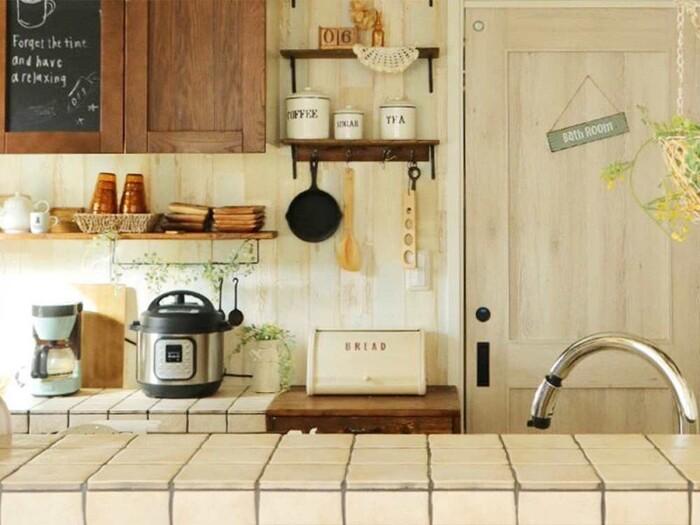 これらを意識して見直してみると、キッチン家電の置き場所がスムーズに決まるはず。適材適所に家電が配置されれば、使いやすく見た目も美しい収納が叶うことでしょう。  それでは、家電別に置き方のアイデアを見ていきましょう。