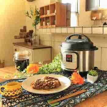 ボタンひとつで料理が完成する便利な電気圧力鍋は、鍋のようにダイニングで盛りつけをすることもありますよね。頻繁に使うアイテムだからこそ、キッチンカウンターなどダイニングテーブルとキッチンのどちらにも近い場所に置くと便利に使えます。