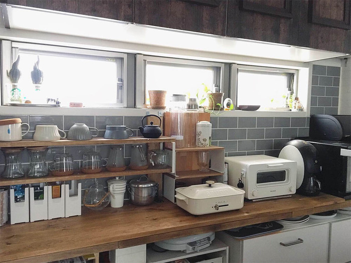 ホットプレートもしまいこまずに、見せる収納にすると活躍の頻度が高くなるはず。あらかじめ見せることを想定して、他のキッチン家電と色やテイストを合わせておくと、インテリアとしても素敵です。最近ではコンパクトサイズも増えています。調理機器のように使えるサイズなら、あまり場所を取ることがなく、キッチンを広く使えます。