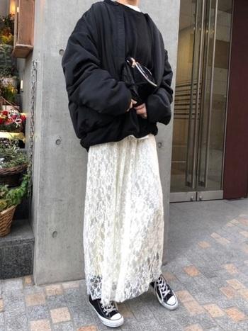 フェミニンな白レーススカートに合わせるのはメンズライクなMA-1。オーバーサイズなシルエットが華奢なスカートを女性らしく引き立ててくれていますね。