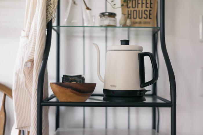 お湯を沸かすポットやケトルの置き場所には、ティーセットやダイニングテーブルの近くが使いやすいのではないでしょうか。 素敵なデザインを選べば、家電自体が素敵なディスプレイになりますね。水を補充する回数も多いため、シンクの近くに置じても良さそう。