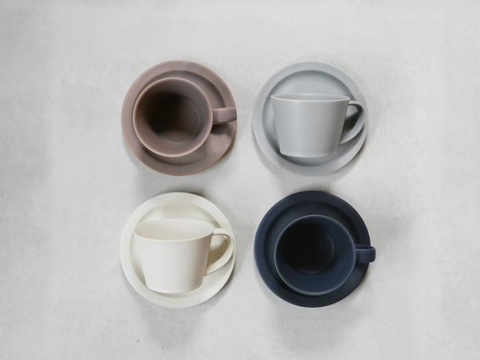 日本生まれのカップ&ソーサーも負けていませんよ。「SAKUZAN」のカップ&ソーサーでは、シックなおしゃれカラーが揃います。 職人さん手作りによる美濃焼で、さらっとした手触りに繊細な色味が素敵です。