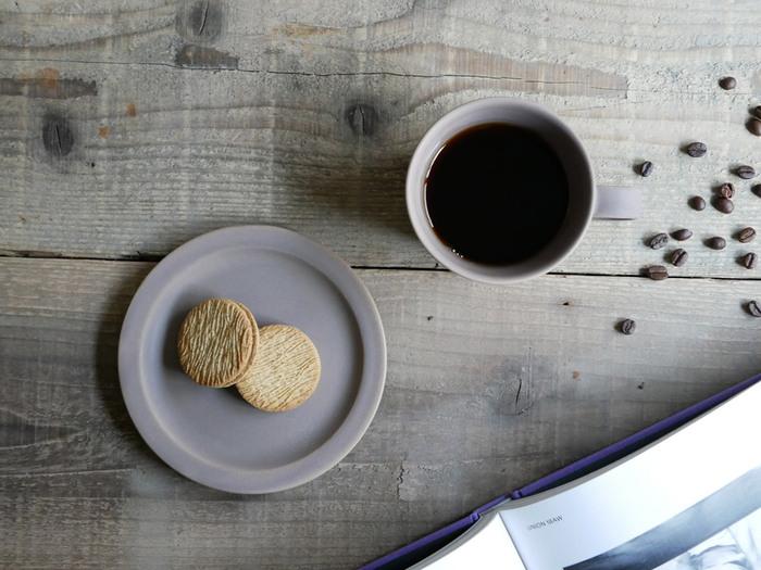 ソーサーはもちろんプレート型。クッキーなど可愛らしいお菓子も引き立つ、シンプルで美しいデザイン。 ガラスコーティングのように、ほんのり透ける釉薬がかけられており、光の当たり具合で表情が変わります。