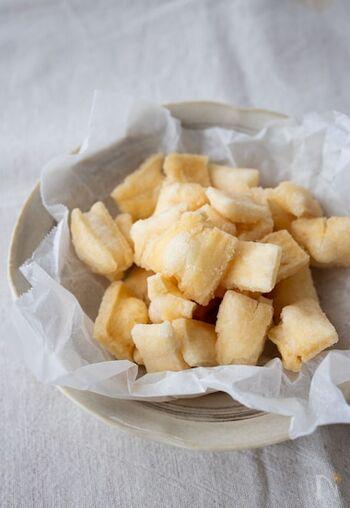 薄く切ったお餅を、数日間天日干しして揚げれば出来上がり!塩や青のり、きな粉など、お好みの味付けでぜひ楽しんでみてください。