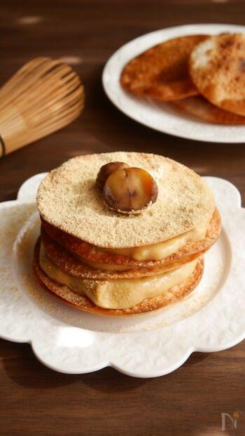 余った餃子の皮をアレンジしてミルフィーユに。パリパリに焼いた餃子の皮に黒蜜クリームをサンドし、仕上げにきな粉をまぶして出来上がり。