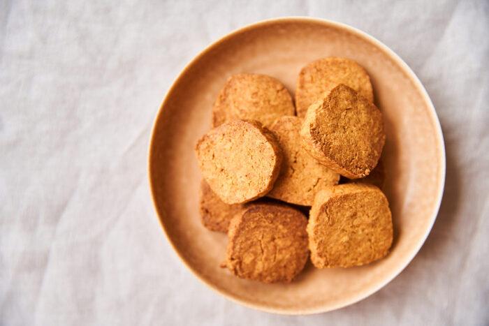 きな粉と相性バツグンの黒糖を使ったクッキーのレシピ。型抜き不要で包丁で切るアイスボックスクッキーなので、お手軽に作れるのもうれしいですね。