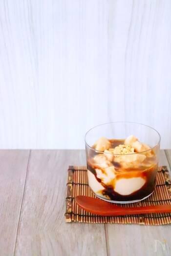 食後のデザートにぴったりな、やさしい甘さのきな粉牛乳プリン。黒蜜との相性バツグンです。