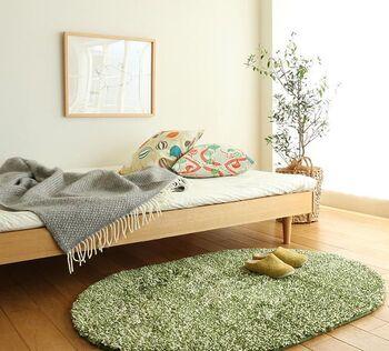 狭いお部屋にも敷けるラグは、デザインもさまざま。ベッドの足元にだけ敷くのもおすすめです。円形のラグなら角がないため、コンパクトなスペースにもきれいに収まります。