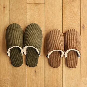 コーデュロイ、ボアなど足を包み込むような温かな素材を使ったスリッパやルームシューズを履いていれば、フローリングのひんやりとした床面を歩いても快適。足首まで温めるなら、ルームブーツを選ぶのがおすすめです。