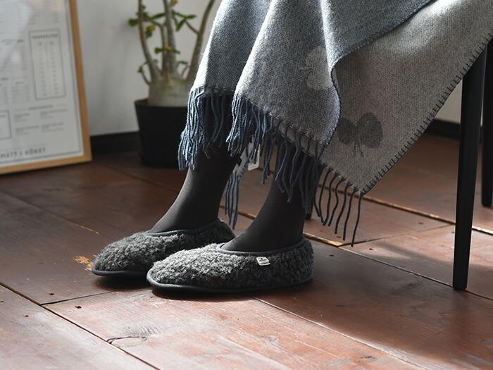 足元の冷えは、体調にも影響を与えるのでしっかり温めておきたいもの。足首や足先が冷たくてつらい…という方は多いのではないでしょうか。冬はスリッパーやルームシューズも、とびきり暖かいものを選びたいですね。こちらは、ウール100%のルームシューズ。もこもことしたウール素材が、冬の足元を暖かく包みます。