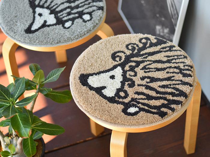 木製のチェアを使っている方は、冬になるとひんやり感が気になるのでは。そんな時には、チェアパッドをプラス。ラグの上に座っているようにほっこりとした温もりを感じられます。写真は、リサラーソンの可愛らしい絵柄を浮かべたチェアマット。インテリアをぱっと明るく楽しい雰囲気にしてくれますね。
