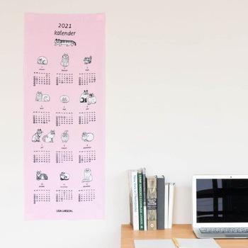 リサ・ラーソンが描く個性的な猫たちを愛でられるカレンダーです。壁に飾った後は、手ぬぐいとして普段使いできますよ。猫好きさんはぜひ!