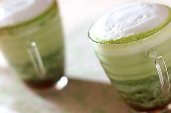 抹茶好きにはたまらない♪小豆も入った和風の抹茶ラテです。ふわふわなミルクのフォームが抹茶の緑色をよりキレイに際立せます。抹茶とお湯を混ぜ合わせるときにミキサーを使えば、簡単になめらかな抹茶ラテができますが、茶せんを使うのもまた楽しい♪ほっこり温まる一杯を堪能してみてはいかが。