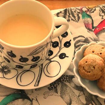 ごぼうの香ばしい風味が楽しめる、ごぼう茶のパックを使ったごぼう茶ラテです。ごぼう茶の味がより感じられるよう、パックから茶葉を取り出して煮るのがコツなのだそう。ホッと飲みやすくてやさしい味の一杯をお気に入りのおやつとともに楽しんで♪