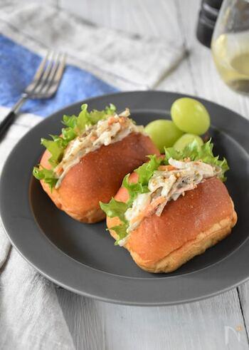 食物繊維が豊富なごぼうを使ったサラダサンドは、サラダチキンをプラスすることで食べ応え抜群に。糖質が気になる方にもうれしいブランパンを使っています。
