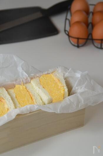 お店のメニューにあるような厚焼き卵のサンドイッチです。電子レンジで調理するから、簡単に作れるのがうれしいですね。ふわふわ食感を楽しんで。