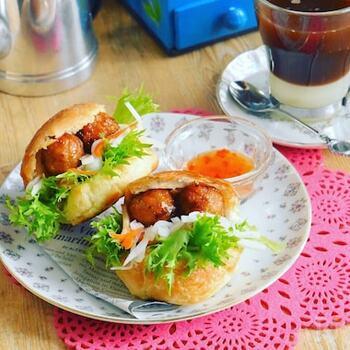 ベトナムのサンドイッチ、バインミーをおうちで!プチフランスを使ってお手軽バインミーを楽しみましょう。お好みでスイートチリソースをかけるとぐっとエスニック感が出ますよ。