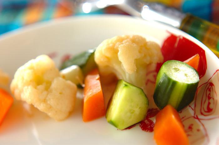カリフラワー、にんじん、きゅうりを使ったカラフルなピクルスは、ささっと作れるので常備菜の一つにしてもよさそう。いろいろな料理の付け合わせに。