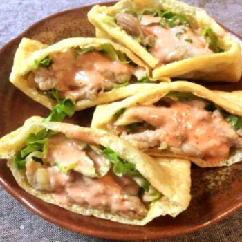 油揚げをピタパンの代わりにしている特性ケバブ。ポン酢やニンニクで下味をつけたせせりを挟んで、一味唐辛子を加えたオーロラソースをかけて完成。アイデアと味わいに富んだ逸品を召し上がれ。