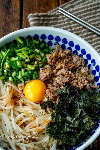 袋麺を使った超簡単なのに、本格的な仕上がりにびっくりする一品。もやしをたっぷり入れてかさ増しするのも良さそうですね。辛いものを食べたい日には、ラー油を多めにプラスして。