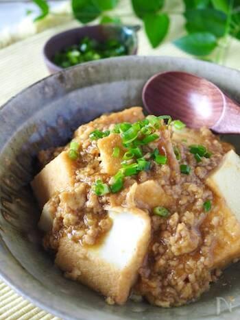 カレー粉と鶏ガラスープを使った、レンジで作ったとは思えない一品。ボリュームたっぷりなので、ご飯なしでも満足できそうな一皿です。