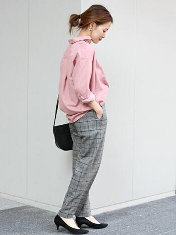 ツイードのチェックパンツを合わせて、通勤にも対応できそうなきちんと感を演出。コーデュロイシャツのくすみピンクがパンツスタイルをフェミニンに見せてくれています。