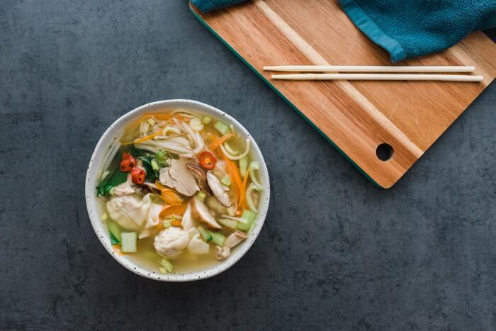 スープも味変しやすいメニューの一つですね。シンプルなコンソメスープをカレー味やシチューの様にしてみたり、中華風のスープにはキムチをプラスしてみたりと、工夫次第で色々楽しめます。味の薄いベースのスープを作っておくと、味変しやすいので、お休みの日に基本のスープを作っておくのも◎。