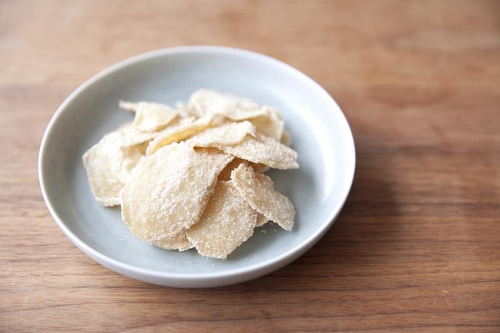 食べたいとき手軽につまめる、しょうがチップ。調理の過程でジンジャーシロップも一緒に作れるから一石二鳥ですね。