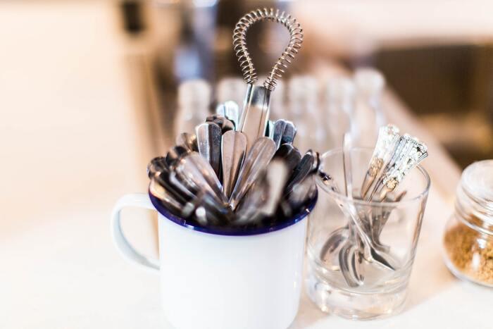 道具はボウルと泡だて器さえあればOK。特別な道具は不要です。 ふわふわの泡を作るポイントは、温めた牛乳を3~4分ほど泡立てるのがちょうどよいそう。あまり泡立てすぎると、せっかく作った泡が消えてしまうので注意して。  カフェラテを初めて作る方にもおすすめのレシピですよ♪