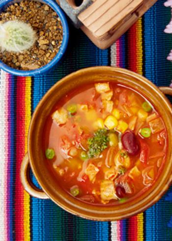 チリパウダーを加えた辛味のあるスープ。チリパウダーには、クミンやオレガノなどが⼊っており、華やかな⾵味をプラスすることができます。