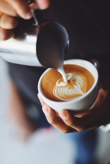 例えば、お店でのオーダー。  今日はコーヒーの気分?それとも紅茶? アイスがいいか、ホットがいいか、ミルクの分量はどれくらいがいいのか、氷の量はどれくらいなのか…  「そんなこと?」と思うかもしれませんが、自分の心と体が何を欲しているかを確認することを習慣づけると、少しずつ変わっていきますよ。