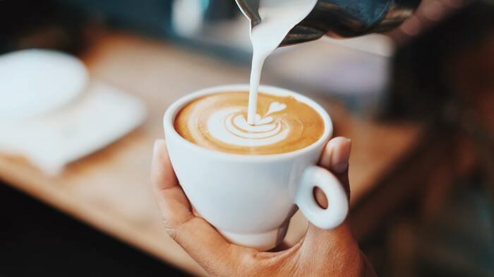 カフェラテとカフェオレは似ているようで、ベースとなるコーヒーの抽出方に違いがあるのですね。覚えておくとショップでのオーダーのときにも役立ちますよ。