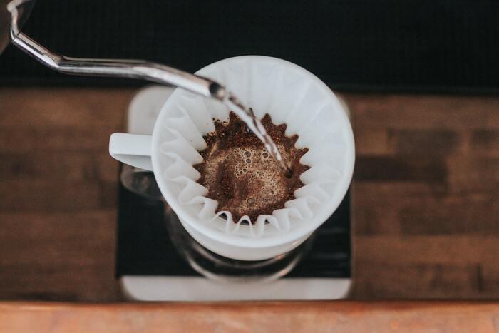 それに対して「カフェオレ」は、ドリップで抽出したコーヒーに泡立てない温めたミルク(ホットミルク)を入れたもの。フランス語でコーヒーとミルクを混ぜ合わせたものという意味になるそう。ミルクとコーヒーの割合は5:5が基本です。