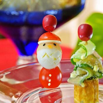 ミニトマトやうずらの卵を使って、サンタさんのオードブルはいかが?お隣は、きゅうりやズッキーニなどを縦にスライスして波型にしたツリー。可愛くて、ほっこりしますね♪