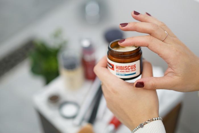 カラー剤が流れ落ちて肌への着色を防ぐため、生え際に保護クリームを塗ります。この時、髪に直接クリームがついてしまうと色ムラの原因となるので、生え際から1センチ内側くらいに塗るとよいでしょう。