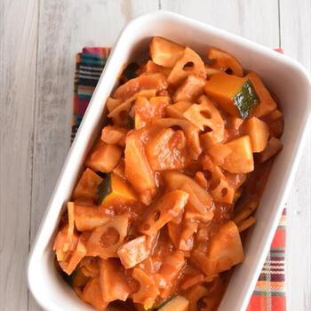 大根やれんこんなど冬野菜がメインのラタトゥイユ。トマトベースのスープで煮込んでいますので、ご飯にもパンにも合います。作り置きでき、忙しい朝などに助かります。