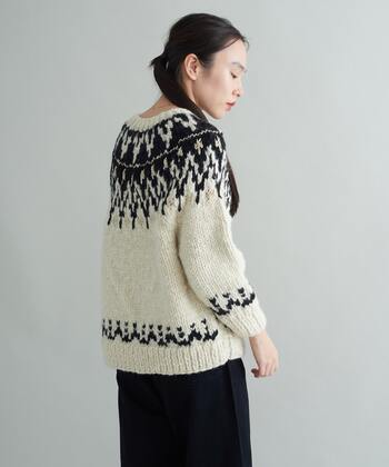 緻密な手仕事の跡が伺えるネパールで作られた手編みのセーター。太い毛糸がぎゅっと編み込まれて、美しいケーブル模様が浮かび上がります。モコモコとした素材の質感が生きて、とても表情豊かです。